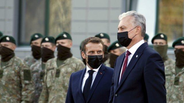Le président lituanien Gitanas Nauseda (R) et le président français Emmanuel Macron (L)