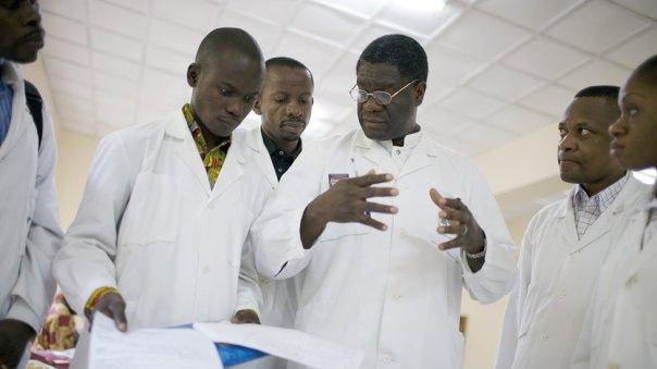 El doctor Mukwege habla con el personal y con estudiantes en el hospital que creó.