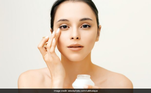 How To Correctly Apply Under Eye Cream And How Much? Dermatologist Answers