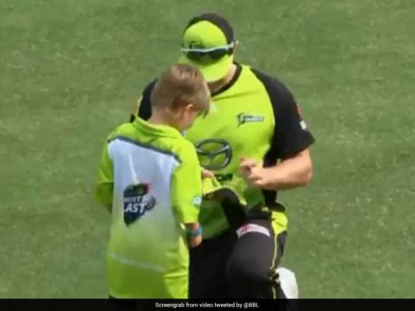 Shane Watson Gives His Son An Autograph During Big Bash League Match. Watch Video