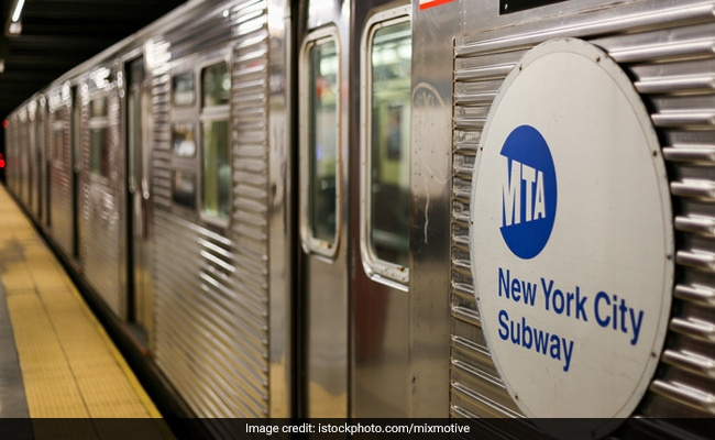 न्यू यॉर्क को 24-घंटे सबवे सेवाओं को फिर से शुरू करने के लिए कोविद पर एक साल पीछे चला गया