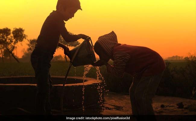 पत्नी को आधा किमी दूर से पानी ढोने से निजात मिलने के लिए खोदा 31 फीट गहरा कुआं