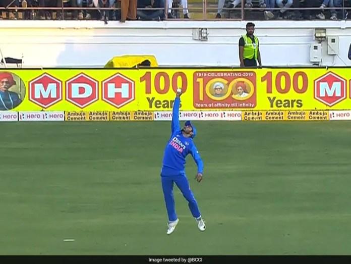 India vs Australia: Manish Pandey Takes One-Handed Stunner To Dismiss David Warner In 2nd ODI. Watch Video