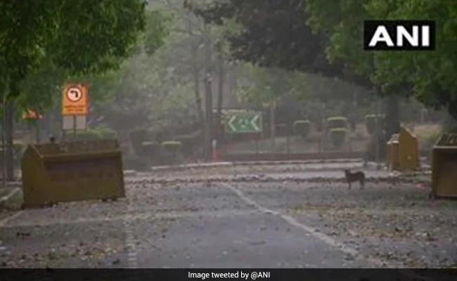 दिल्ली में हल्की बारिश, धूल भरी हवाएं, चिलचिलाती गर्मी से राहत दिलाएंगी
