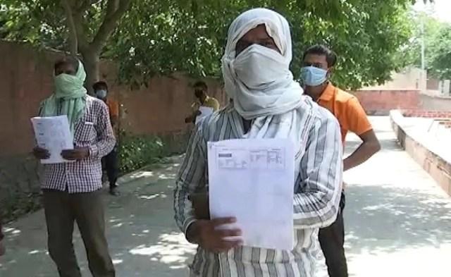 दिल्ली के किसान 10 प्रवासियों को घर भेजने के लिए हवाई टिकट पर 70,000 रुपये खर्च करते हैं