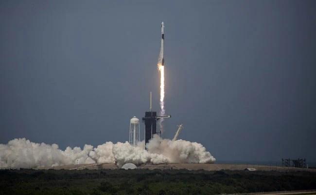 स्पेसएक्स रॉकेट हिस्टोरिक फर्स्ट क्रू मिशन में प्राइवेट फर्म द्वारा लिफ्ट कराया गया