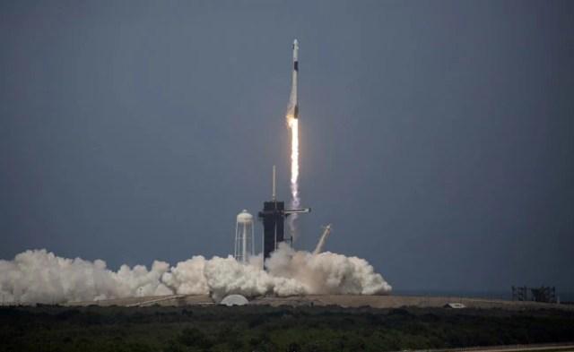स्पेसएक्स रॉकेट हिस्टोरिक फर्स्ट क्रू मिशन में प्राइवेट फर्म द्वारा लिफ्ट करता है