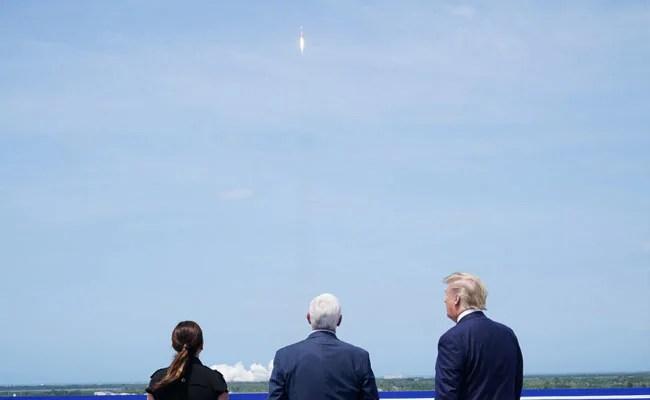"""""""इट्स इनक्रेडिबल"""": ट्रम्प के रूप में स्पेसएक्स रॉकेट ने लॉन्चपैड को छोड़ दिया"""
