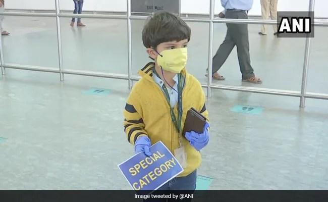 एक  5 साल का लड़का घर में अकेला और उनकी माँ एयरपोर्ट पर, three महीने बाद पुनर्मिलन