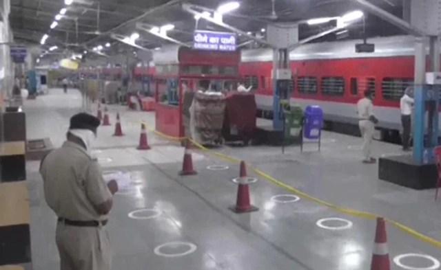 'गाड़ियों की सूची कहाँ है?' 2:11 बजे रेल मंत्री बनाम महाराष्ट्र