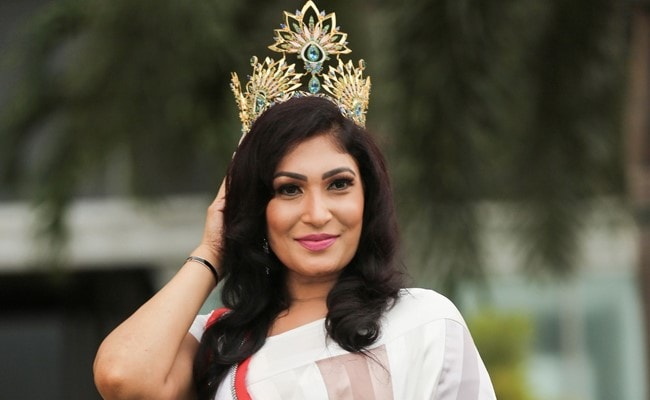 At Beauty Pageant, Fight On Stage, Crown Snatched