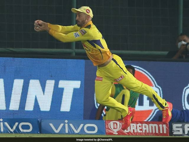 CSK vs SRH, IPL 2021: Faf Du Plessis Takes A Sensational Catch Flying In The Air To Dismiss Manish Pandey. Watch