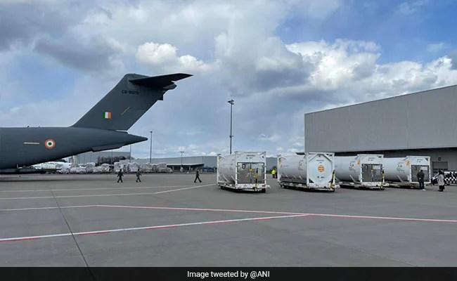 भारतीय वायु सेना जर्मनी, ब्रिटेन से ऑक्सीजन कंटेनर एयरलिफ्ट करती है