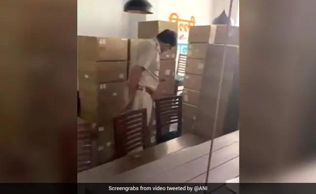 कोरोना काल में कालाबाजारी चरम पर, दिल्ली के मशहूर 'खान चाचा' रेस्टोरेंट से मिले 96 ऑक्सीजन कंस्ट्रेटर