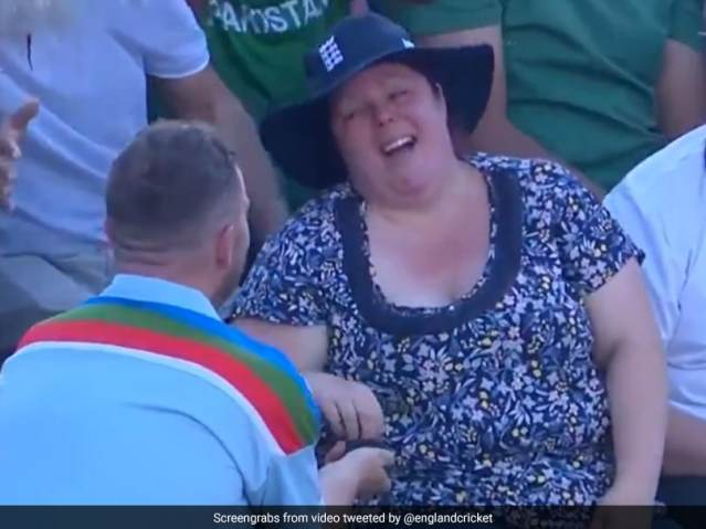 Cricket Fan Proposes Girlfriend During 3rd England-Pakistan T20I.  Watch
