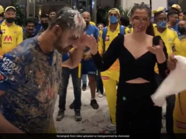 देखें: दीपक चाहर सीएसके टीम के साथी, एमएस धोनी के नेतृत्व में, प्रेमिका को प्रपोज करने के बाद ऐसा किया