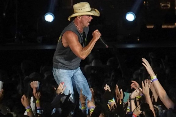 Kenny Chesney performing at Gillette Stadium on Friday.