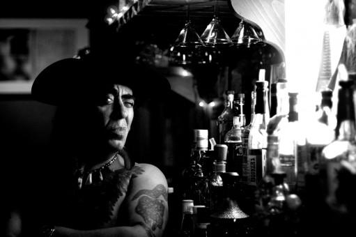 картинки черное и белое толпа мужской бар Сидящий