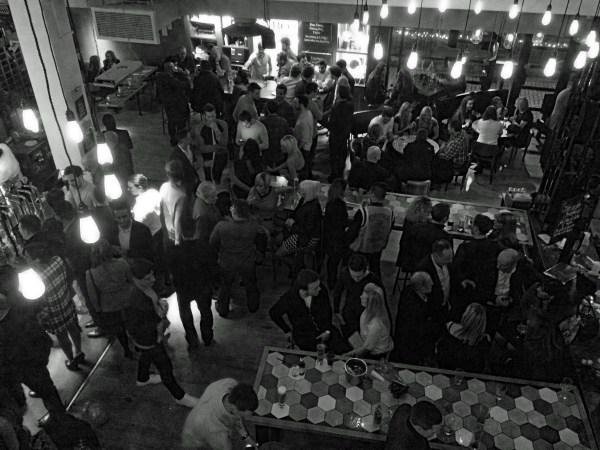картинки черное и белое люди толпа бар аудитория