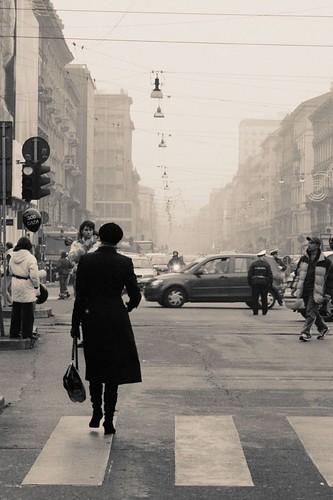 Donna Che Cammina Decisa Per La Sua Strada Gg Aka