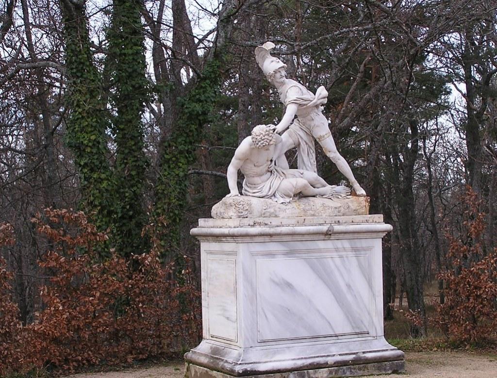 escultura soldado protegiendo a hombre herido Palacio Real La Granja San Ildefonso Segovia 49