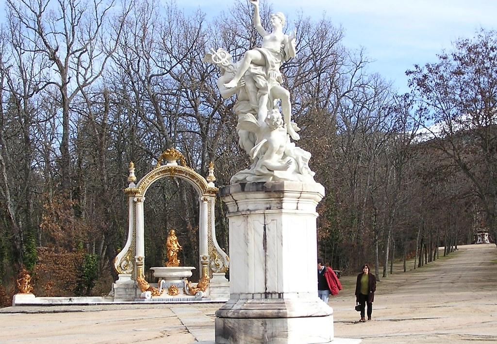 Plaza de las Ocho Calles escultura central de Mercurio y Psique Jardines Palacio Real Sitio La Granja San Ildefonso Segovia 30