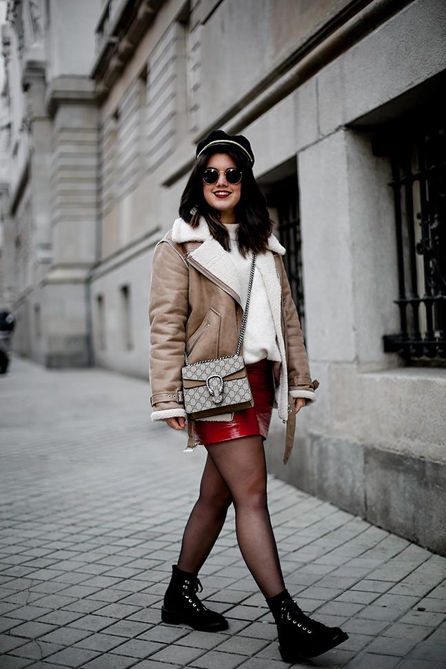 falda charol rojo chaqueta borreguillo botas militares terciopelo stradivarius streetstyle5