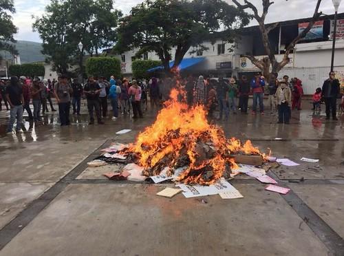 Normalistas de Ayotzinapa queman papelería electoral en Tixtla