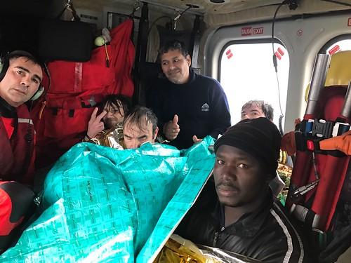 7 tripulantes rescatados por el Helimer 211 de SASEMAR basado en Gijón a bordo...