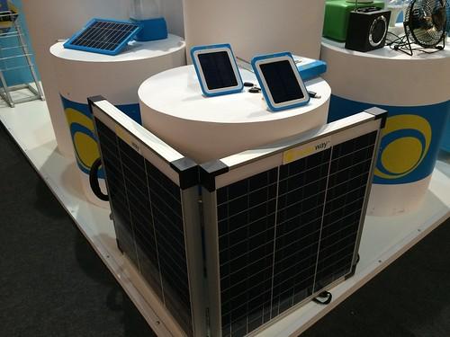 La duración de las baterías es una preocupación de la GSMA, acá vemos este kit de energía solar para celdas y se exhibió un cargador para móviles.