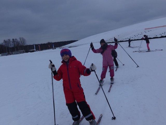 Sākumskola slēpo