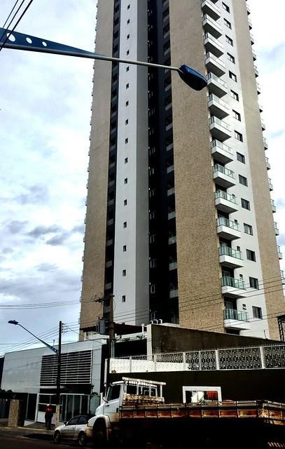Prédio com apartamento de R$ 1 milhão em área nobre da cidade invade calçada, Plaza de Viena, Santarém