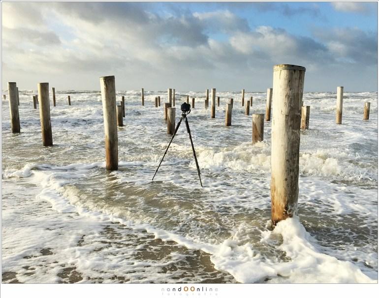 Even vluchten voor de golven tijdens een opname met een langere sluitertijd. Het statief weerstaat de kracht van de golven... gelukkig maar.