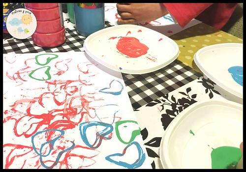 Pintar corazones con tubos con tubos de cartón. Manualidad de San Valentín para niños