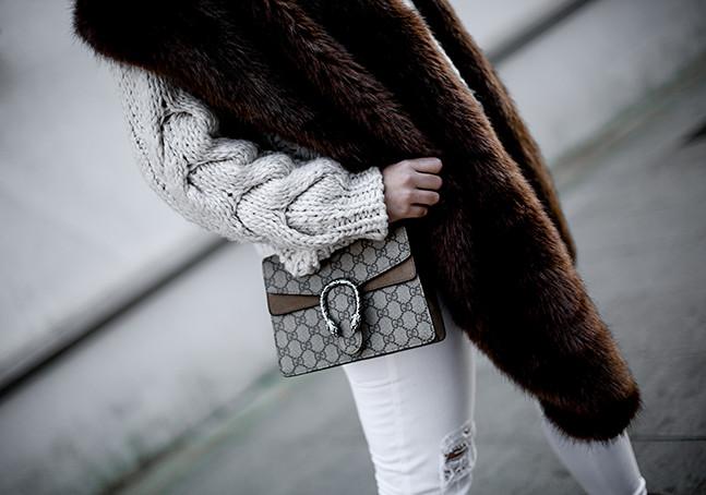 look para invierno con botas inuikii y estola de pelo sintetica