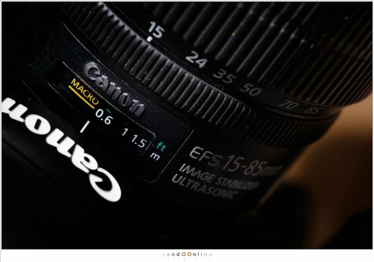 Afstandsschaal op de Canon EFS-15-85mm. De hyperfocale afstand is bij 15mm en f/22 ongeveer 0,54 meter.