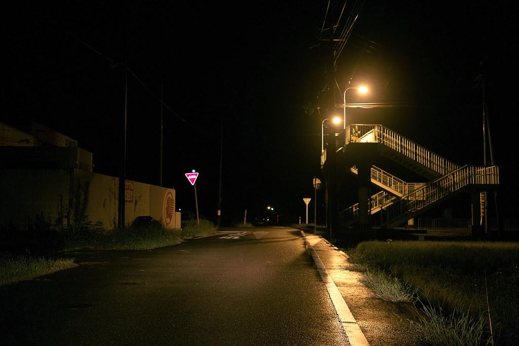 田舎の夜は不気味だ Rural Night Is Eerie 都会では、ひとりで真夜中に歩いていても、寂しさに