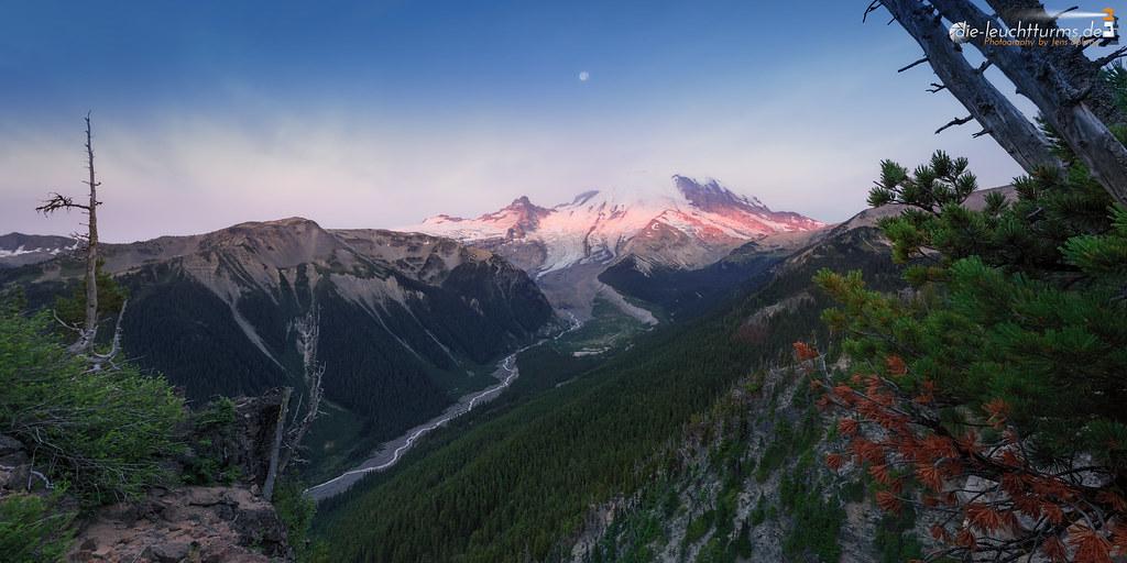 First sunrays on Mt.Rainier