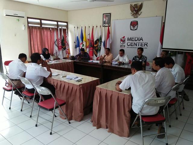 Suasana rapat pleno KPU Tulungagung (24/1)