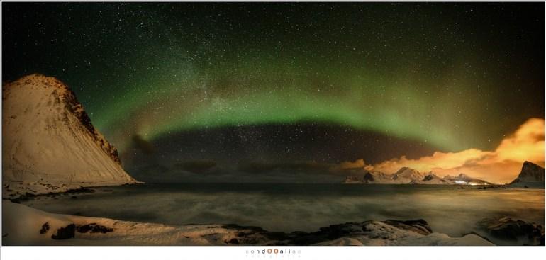 Het strand van Storsandnes (panorama bestaande uit 4 opnamen, elk 12mm - ISO6400 - f/2,8 - t=15sec)