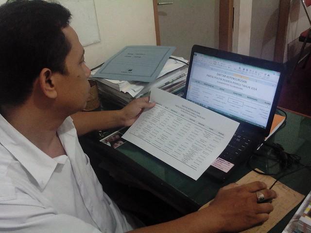 Salah seorang staf TP dan Hupmas sedang melakukan updating data (12/1)