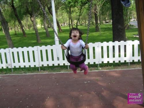 Oare în ce unghi oi fi înclinat leagănul? Oricum, copilul țipă în parc, eu stau în raza de acțiune a obiectului în balans... deci sunt bad mom, bad!