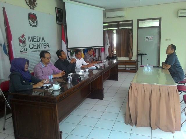 David Hartanto sedang menjalani fit and proper test di ruang Media Center KPU Tulungagung (16/1)