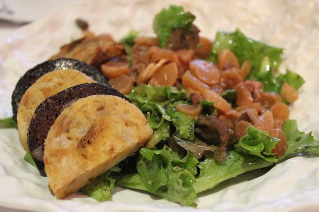 Ensalada albigense, con salchicha y albóndigas fritas de cerdo de Lacaune, morcilla y rábano con fetche, hígado de cerdo salteado en vinagre caramelizado, en 'Le Lautrec', Albi