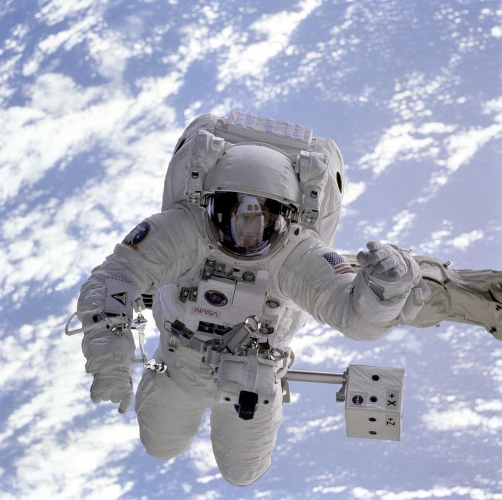 Imagen gratis de astronauta en el espacio y la Tierra de fondo