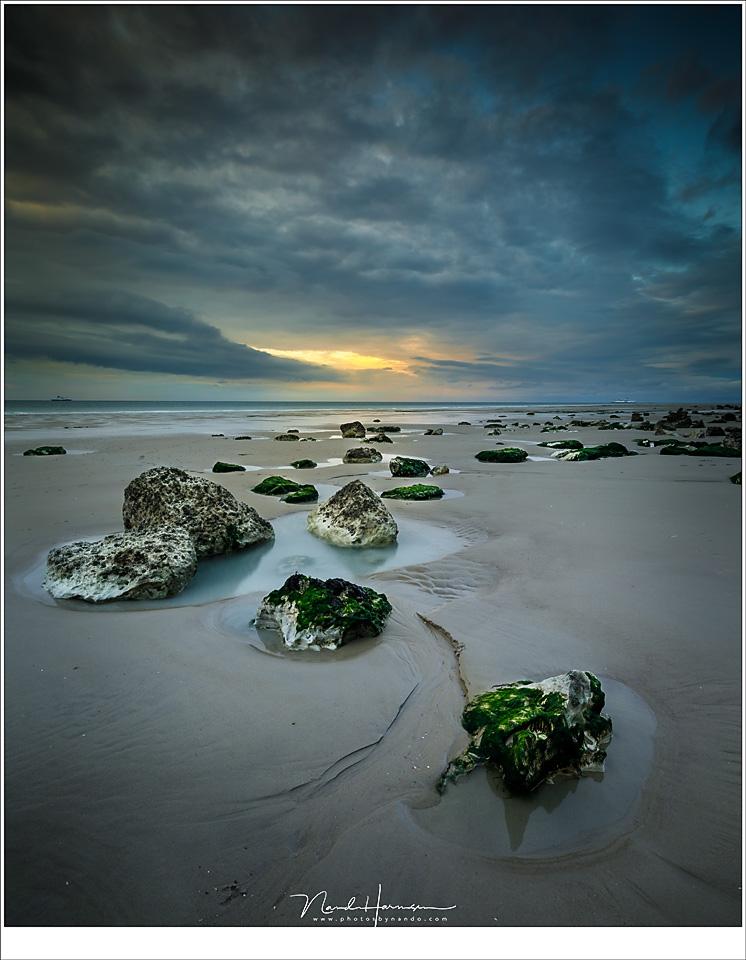 Nog een klein beetje licht aan de horizon op het drooggevallen strand van Cap Blanc Nez (16mm | ISO100 | f/16 | t=1 sec)