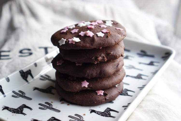 RECIPE: how to make gluten free ice cream sandwiches | With healthy black bean flourless brownie cookies, Carte D'Or Honeycomb ice cream and Waitrose sugar stars sprinkles | Gluten free recipes | Gluten free baking | Recipe by Kimi Eats Gluten Free