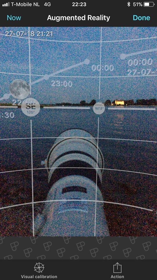 De Augmented Reality functie van de smartphone App Photopills laat zien waar de Maan op welk tijdstip staat. Alleen moet er dan geen bewolking zijn.