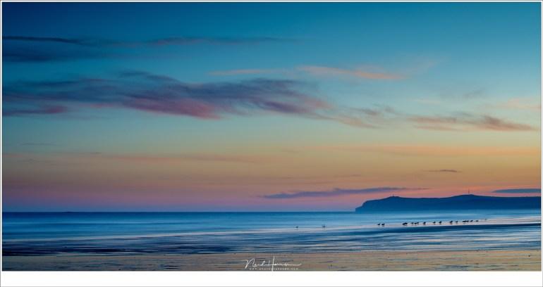 Het strand van Cap Gris Nez tijdens eb in de ochtendschemering, met aan de horizon Cap Blanc Nez (70mm | ISO100 | f/11 | t=6sec)