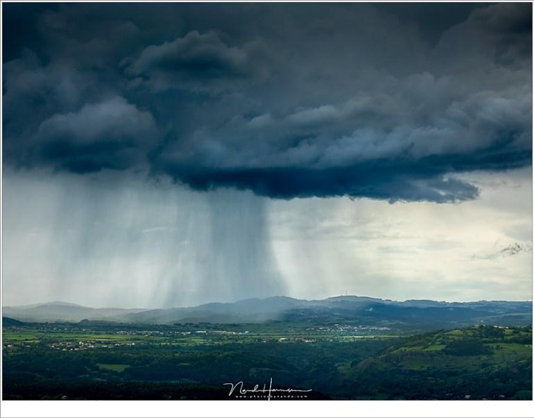 Als wolken breken stort de inhoud uit over het land (EOS 5D mark IV + EF70-200mm @ 70mm | ISO100 | f/8 | 1/40)